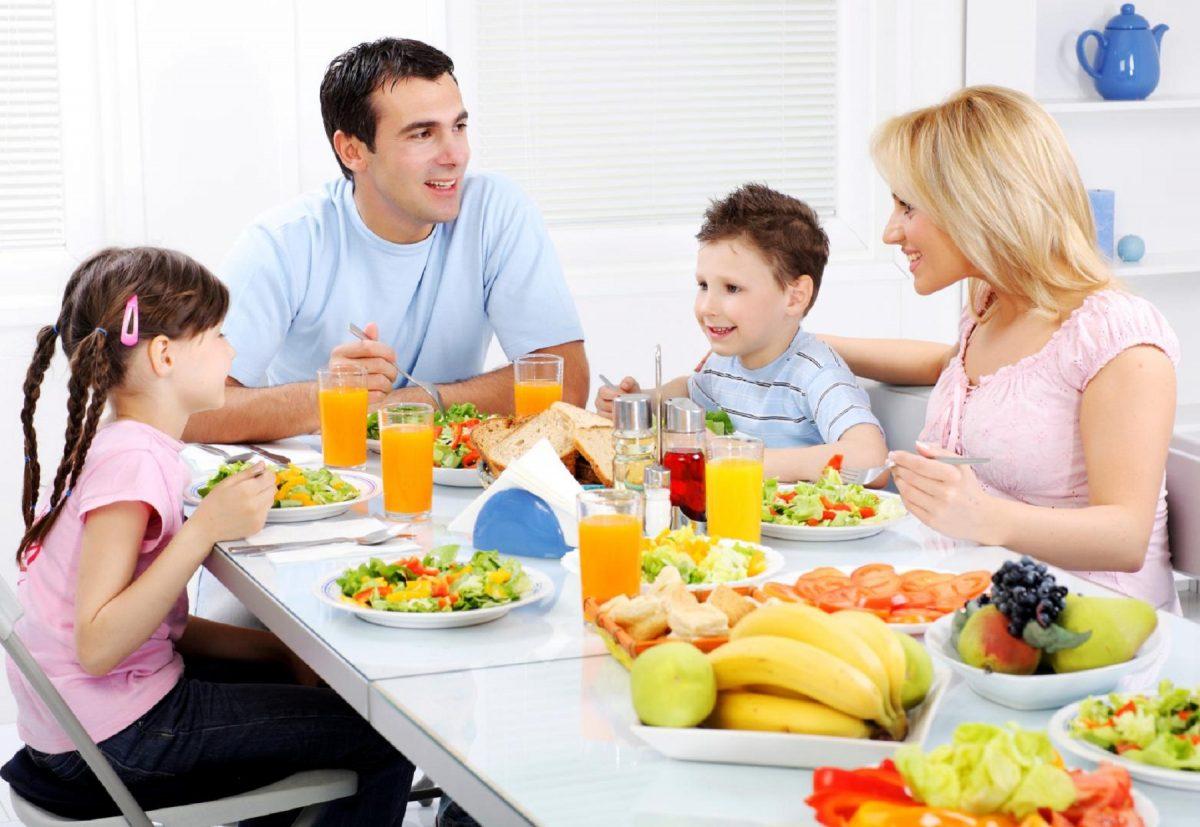 Как правильно организовать ужин ребенка